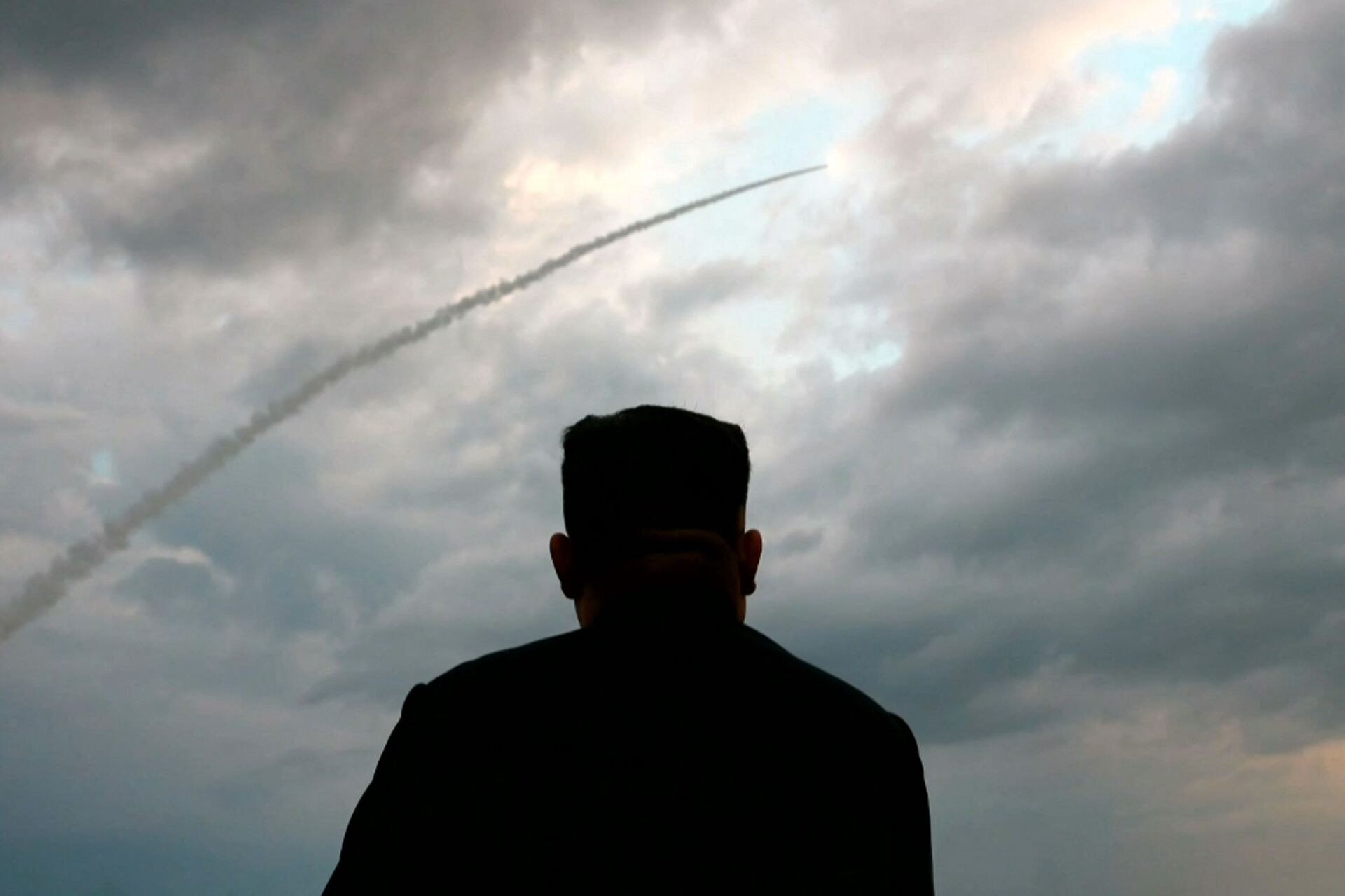 This screen grab image taken from North Korean broadcaster KCTV on August 1, 2019 shows North Korean leader Kim Jong Un watching the launch of a ballistic missile at an unknown location in North Korea early on July 31 - Sputnik International, 1920, 15.09.2021