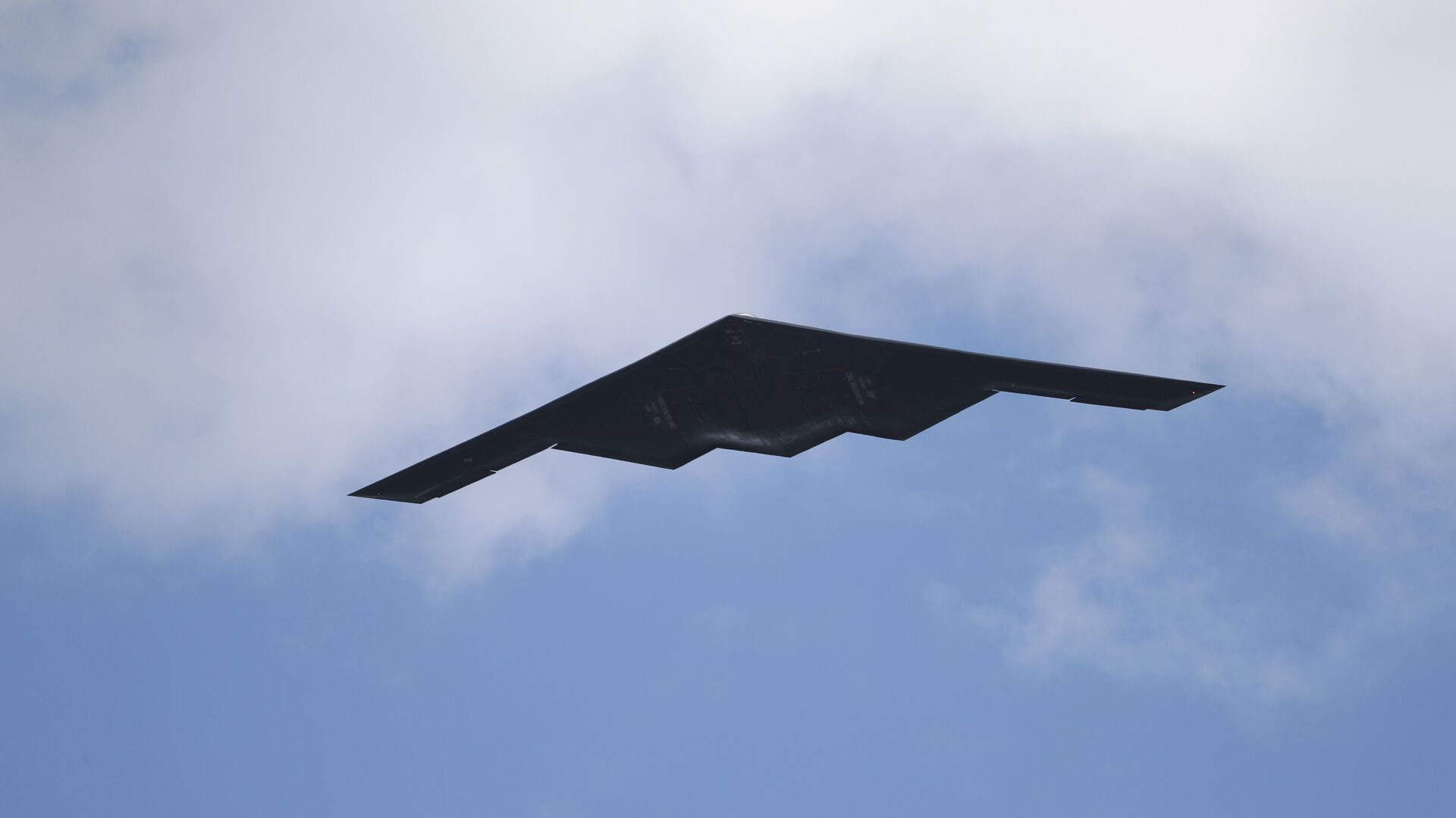 A B-2 Spirit stealth bomber, assigned to the 509th/131st Bomb Wings out of Whiteman Air Force Base, performs a flyover of Barnes-Jewish Hospital to honor healthcare professionals and essential employees fighting against the coronavirus Friday, May 8, 2020, in St. Louis.  - Sputnik International, 1920, 15.09.2021