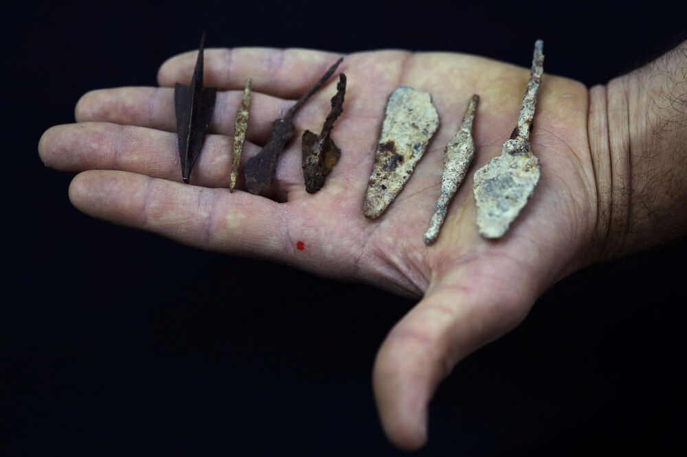 Heads of arrows and spears found by Israeli archaeologists in the Judean Desert.