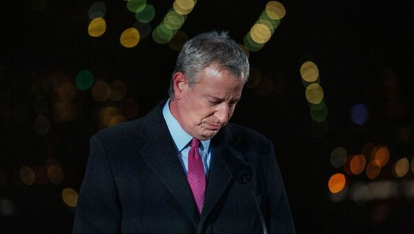 New York City's Mayor Bill de Blasio takes a moment of silence during a commemoration ceremony to remember New Yorkers lost during the COVID-19 pandemic in Brooklyn, New York, U.S. March 14, 2021. - Sputnik International
