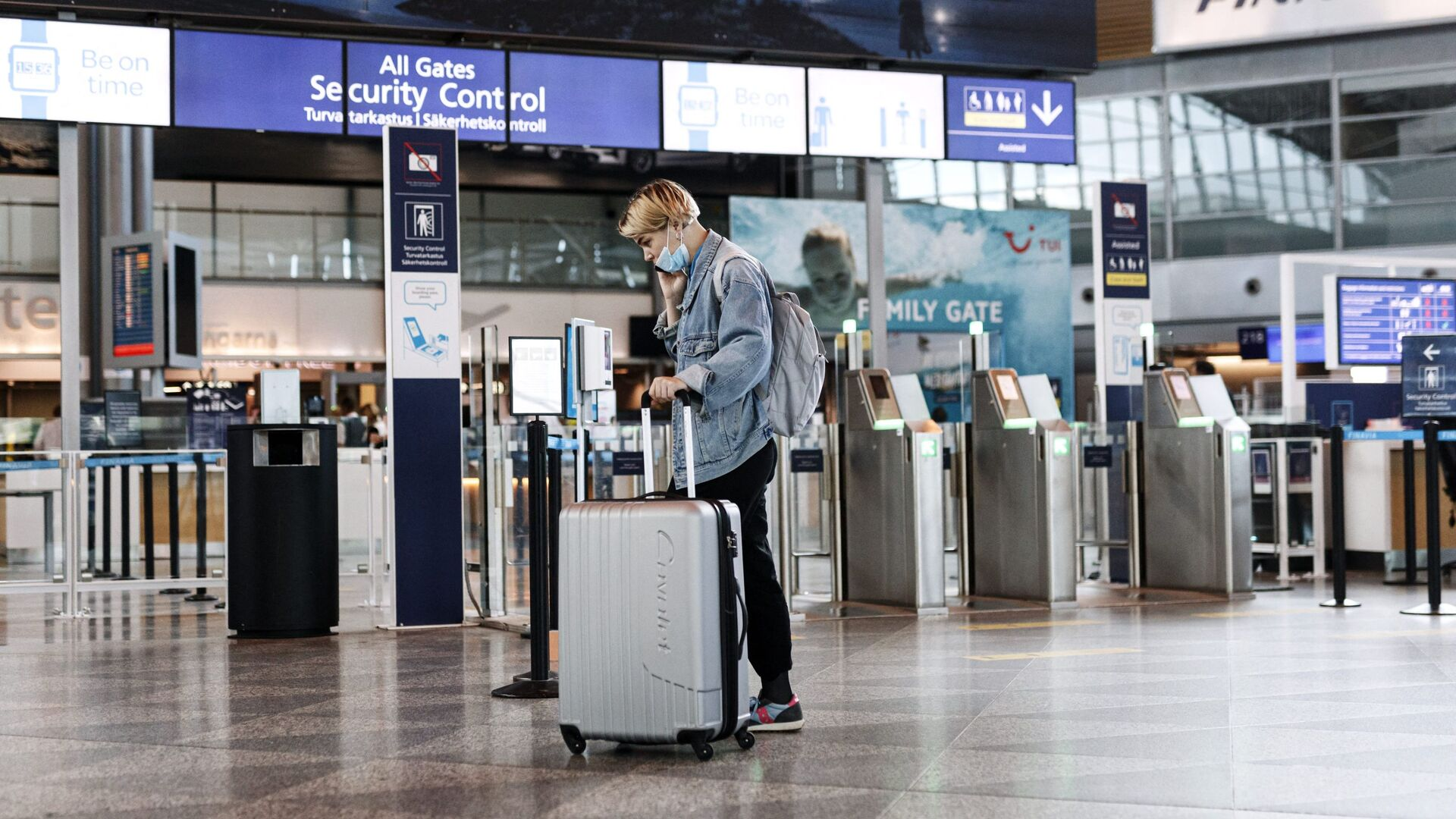 A passenger wears a face mask at the Helsinki-Vantaa airport in Vantaa, Finland on July 13, 2020 as Finnish Government eased COVID-19 pandemic in and out travel restrictions with several EU countries. - Sputnik International, 1920, 21.05.2021
