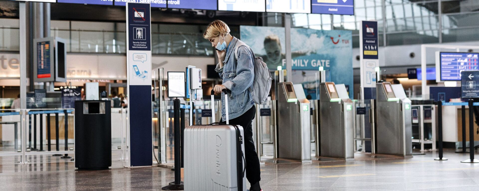 A passenger wears a face mask at the Helsinki-Vantaa airport in Vantaa, Finland on July 13, 2020 as Finnish Government eased COVID-19 pandemic in and out travel restrictions with several EU countries. - Sputnik International, 1920
