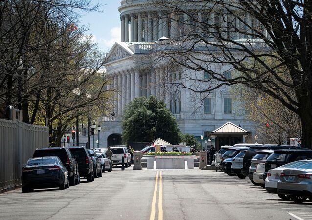 U.S. Capitol Police investigate following a security threat at the U.S. Capitol in Washington, U.S., April 2, 2021. REUTERS/Al Drago
