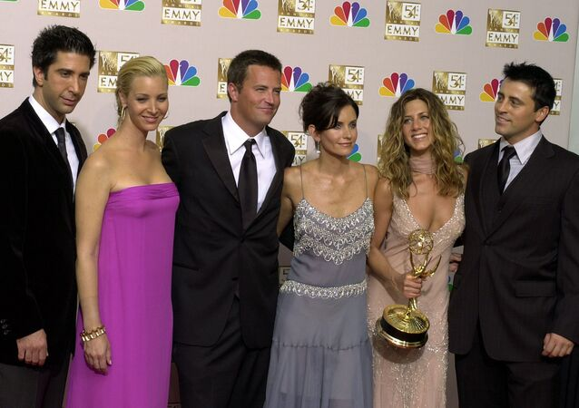 the cast of Friends, from left, David Schwimmer, Lisa Kudrow, Matthew Perry, Courteney Cox, Jennifer Aniston and Matt LeBlanc pose in the press room with the award for outstanding comedy series at the 54th annual Primetime Emmy Awards in Los Angeles