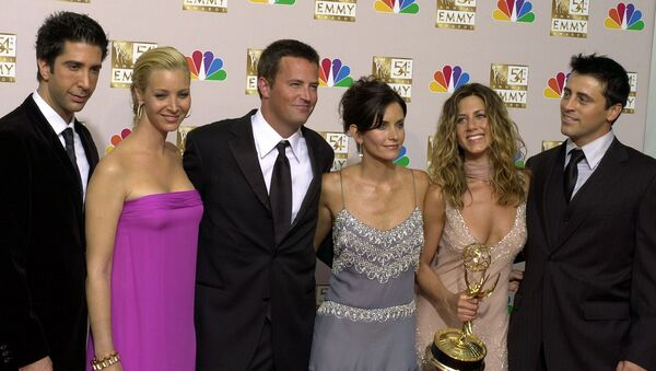 the cast of Friends, from left, David Schwimmer, Lisa Kudrow, Matthew Perry, Courteney Cox, Jennifer Aniston and Matt LeBlanc pose in the press room with the award for outstanding comedy series at the 54th annual Primetime Emmy Awards in Los Angeles - Sputnik International