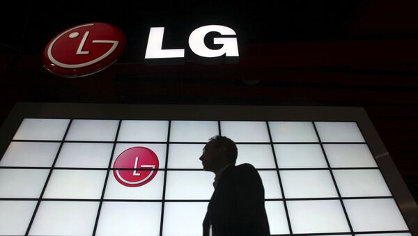 A show attendee passes by the LG Electronics booth during the 2009 International Consumer Electronics Show (CES) in Las Vegas, Nevada, January 9, 2009. - Sputnik International
