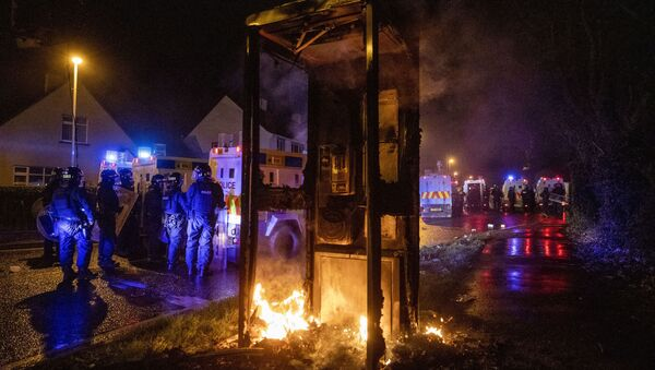 Tactical Support Group (TSG) officers man a burning site close to the Loyalist Nelson Drive Estate in the Waterside area of Londonderry in Northern Ireland, Monday, 5 April 2021 - Sputnik International