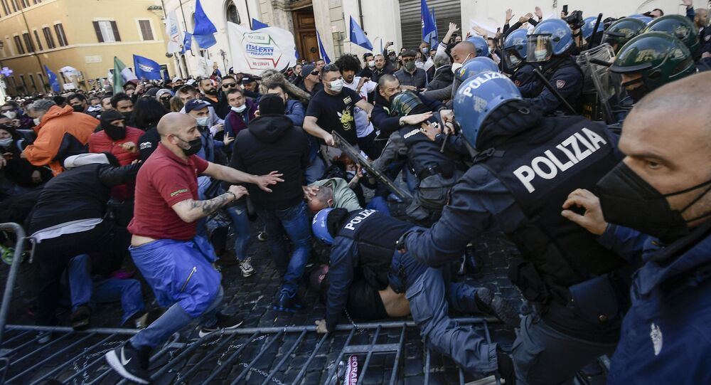 Protesters (L) skirmish with anti-riot policemen as they take part in a demonstration of restaurant owners, entrepreneurs and small businesses owners on April 6, 2021 outside parliament on Piazza Montecitorio in Rome, to protest against closures and against Italy's Health minister, during the Covid-19 coronavirus pandemic.