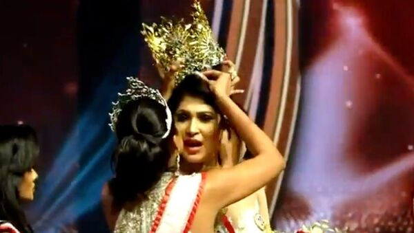 """Screenshot captures the moment Mrs World 2020 Catherine Jurie snatches the crown away from Pushpika De Silva, the 2021 winner of the """"Mrs Sri Lanka"""" beauty contest, over claims that she did not qualify for the contest because she is divorced. - Sputnik International"""