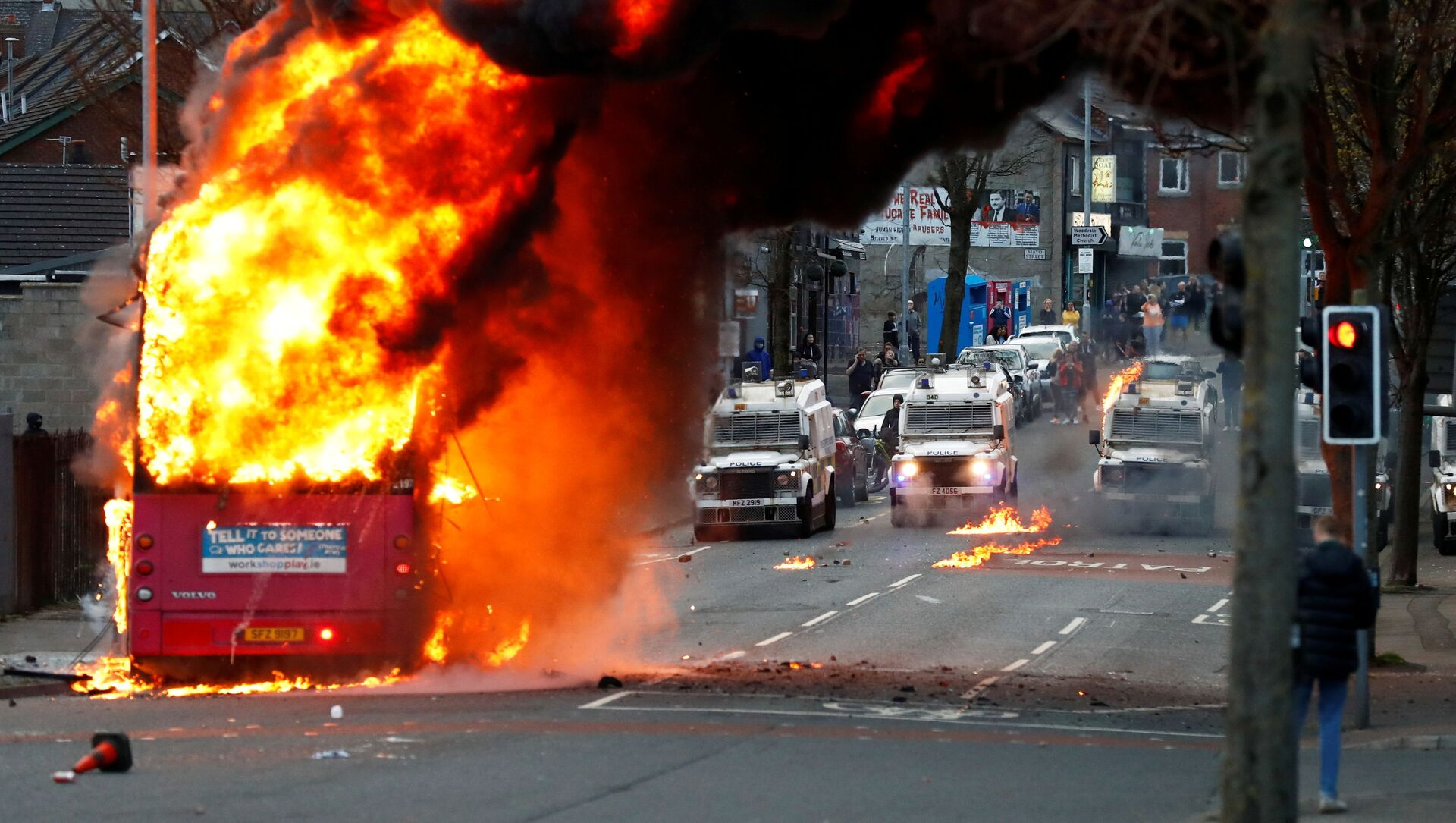 Police vehicles are seen behind a hijacked bus burns on the Shankill Road as protests continue in Belfast, Northern Ireland, 7 April 2021 - Sputnik International, 1920, 09.04.2021