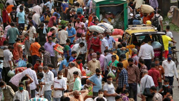People shop at a crowded marketplace amidst the spread of the coronavirus disease (COVID-19) in Mumbai, India, 5 April 2021. - Sputnik International
