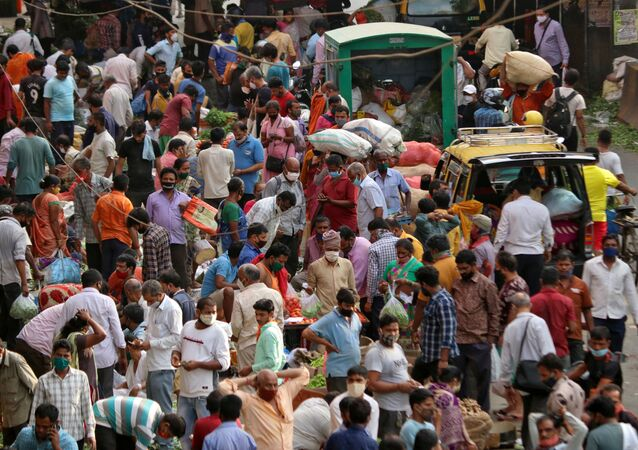 People shop at a crowded marketplace amidst the spread of the coronavirus disease (COVID-19) in Mumbai, India, 5 April 2021.