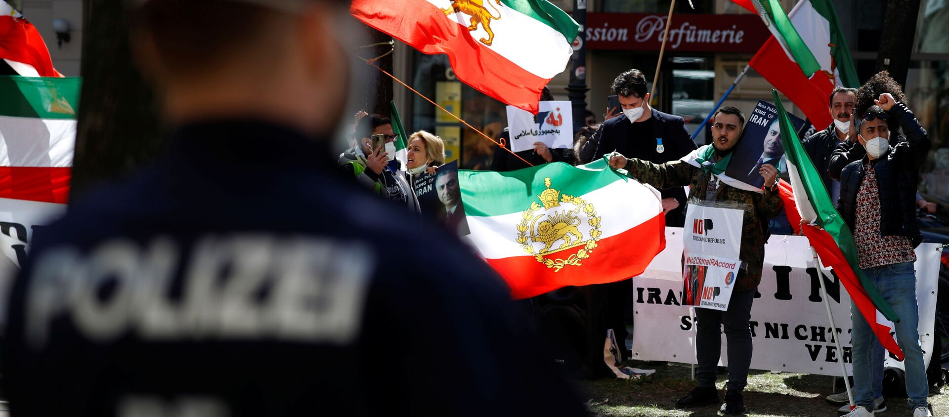 An Iranian opposition group protests outside a hotel, during a meeting of the JCPOA Joint Commission, in Vienna, Austria, April 9, 2021.  - Sputnik International, 1920, 07.05.2021