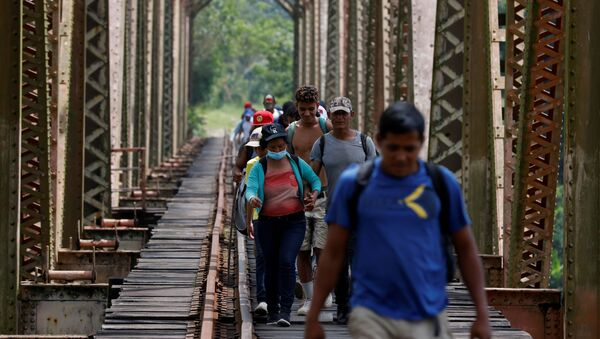 A group of migrants from Honduras walk along the railway track on their way to the United States in Huimanguillo, Tabasco, Mexico March 30, 2021 - Sputnik International