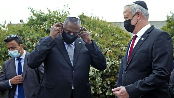 US Secretary of Defence Lloyd Austin (C) removes his mask as he stands with Israeli Defence Minister Benny Gantz (R) after a ceremony in the Hall of Remembrance at the Yad Vashem Holocaust Memorial, in Jerusalem on Monday, April 12, 2021.  - Sputnik International