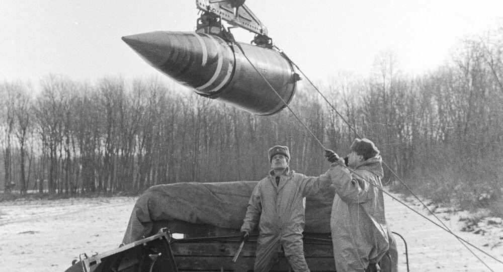 Troops load up nuclear warheads on Ukrainian territory. 1992.