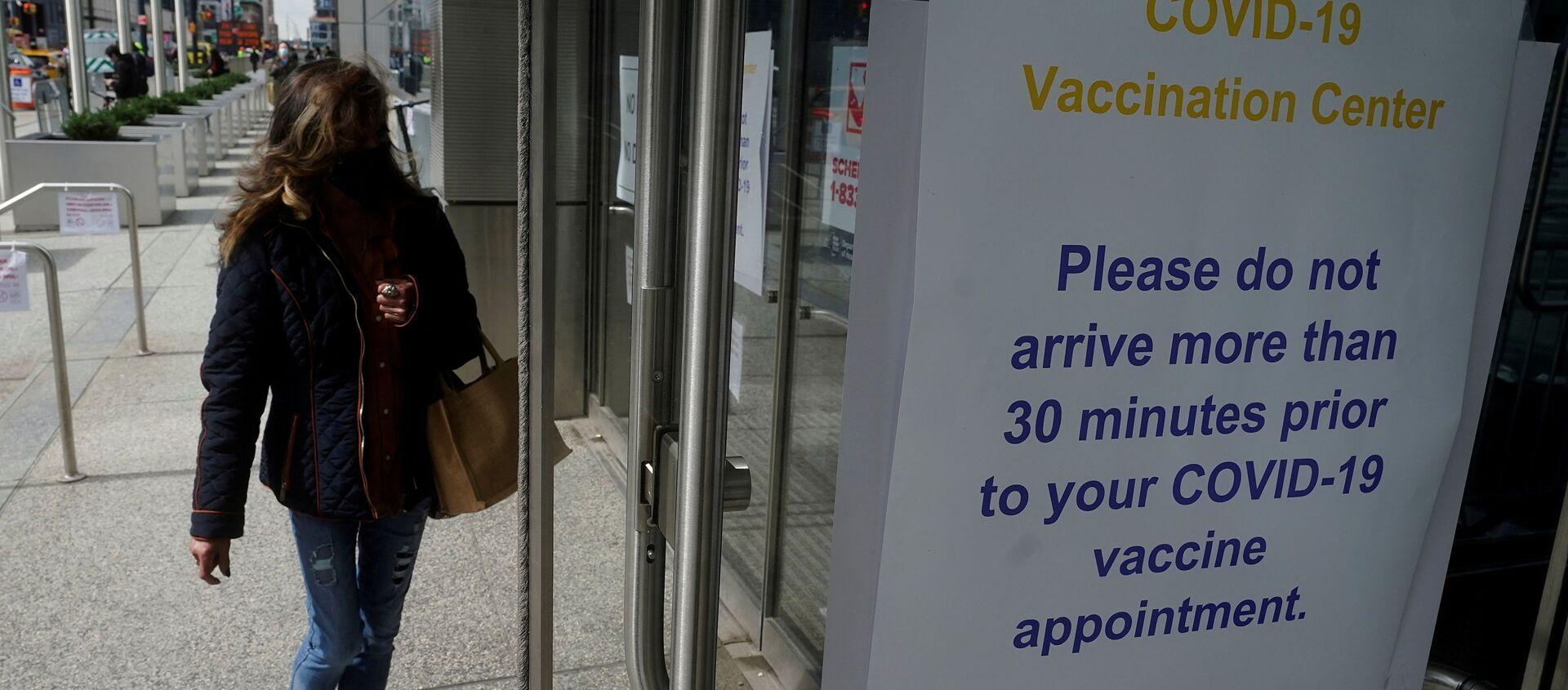People arrive at the Javits Center mass vaccination location amid the coronavirus disease (COVID-19) pandemic in the Manhattan borough of New York City, New York, U.S., April 13, 2021 - Sputnik International, 1920, 26.07.2021
