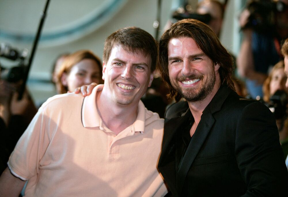 Actor Tom Cruise (R) poses with a cameraman from Extra who strongly resembles Cruise
