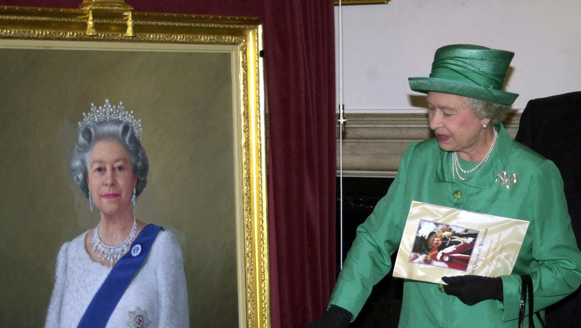 Queen Elizabeth II unveils a portrait of herself by artist Theodore Ramos at the Guildhall in Windsor, 03 June 2002, to mark her Golden Jubilee. A 1954 painting of the Queen hangs on the wall in the background - Sputnik International, 1920, 09.06.2021
