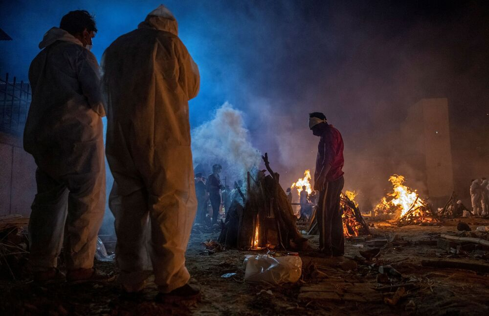 People cremate the body of a victim of the coronavirus disease (COVID-19) at a crematorium ground in New Delhi, India, 24 April 2021.
