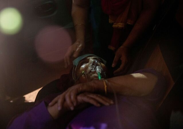 A person with a breathing problem receives oxygen support for free inside her car at a Gurudwara (Sikh temple), amidst the spread of coronavirus disease (COVID-19), in Ghaziabad, India, April 24, 2021.