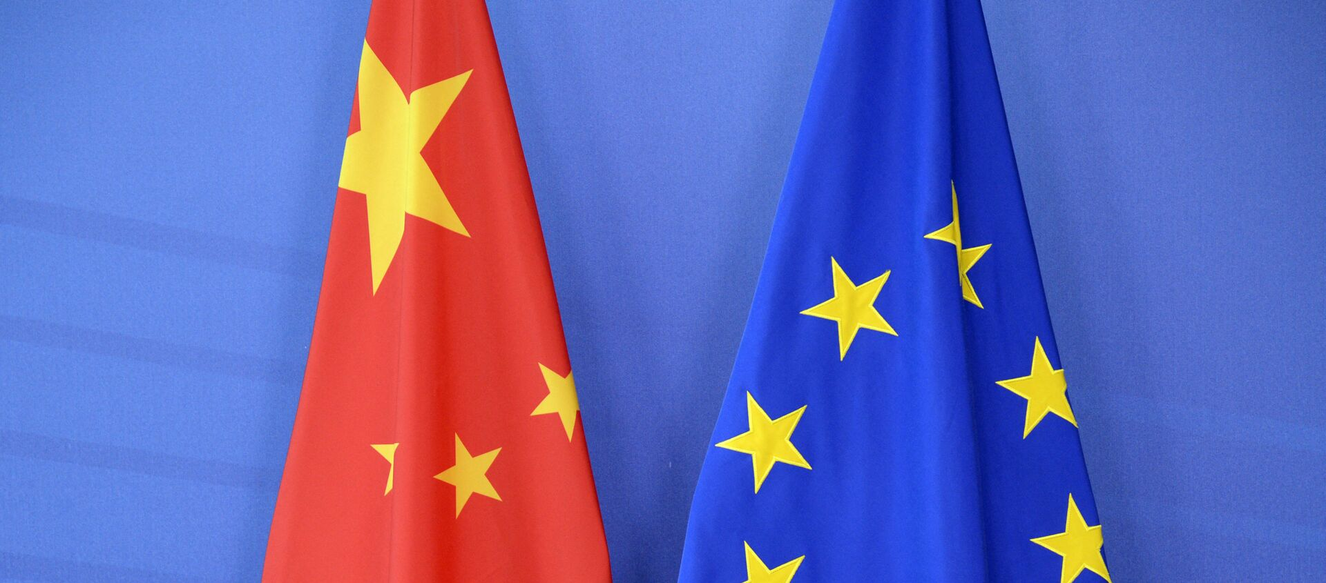 The Chinese flag(L) is draped beside the European Union (EU) during an EU- China Summit at the European Union Commission headquarters in Brussels on June 29, 2015 - Sputnik International, 1920, 20.05.2021