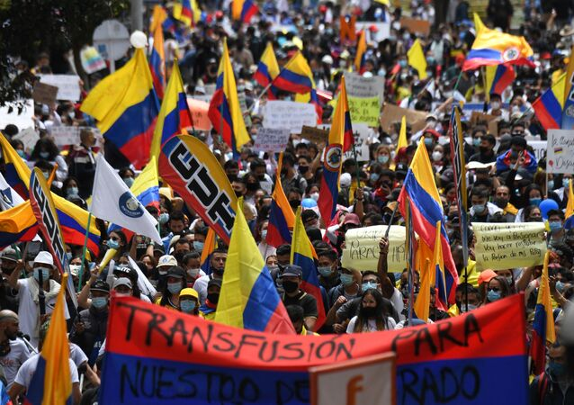 People demonstrate against President Ivan Duque's government in Bogota, on May 5, 2021. - Students, trade unions, indigenous people and other sectors called on Wednesday for a new day of protests that completes a week of pressure against President Ivan Duque with riots that have left some twenty people dead. What started as a peaceful demonstration on 28 April in rejection of an already withdrawn tax reform turned into the most serious anti-government protests since it came to power in 2018.
