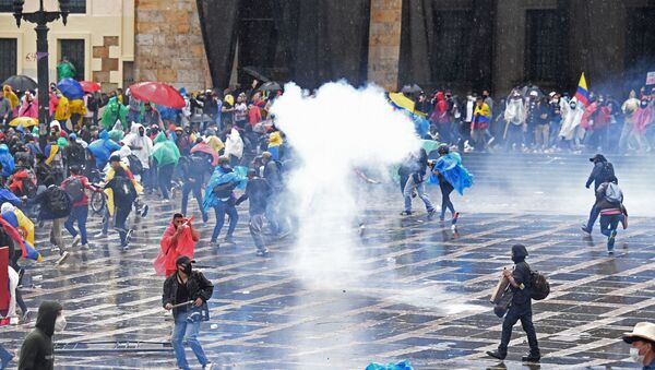Demonstrators clash with riot police during a protest against President Ivan Duque's government at Plaza de Bolivar in Bogota on 5 May 2021. - Sputnik International