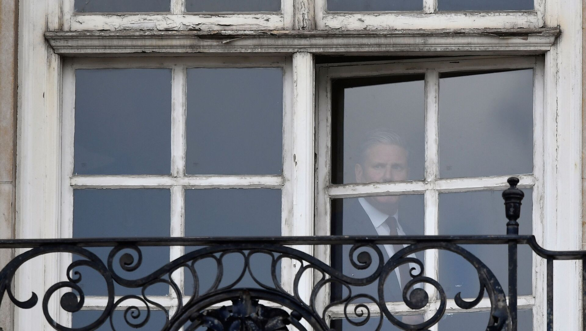 Britain's Labour Party leader Keir Starmer is seen in the window of his offices in London, Britain, May 7, 2021. REUTERS/Toby Melville - Sputnik International, 1920, 07.05.2021