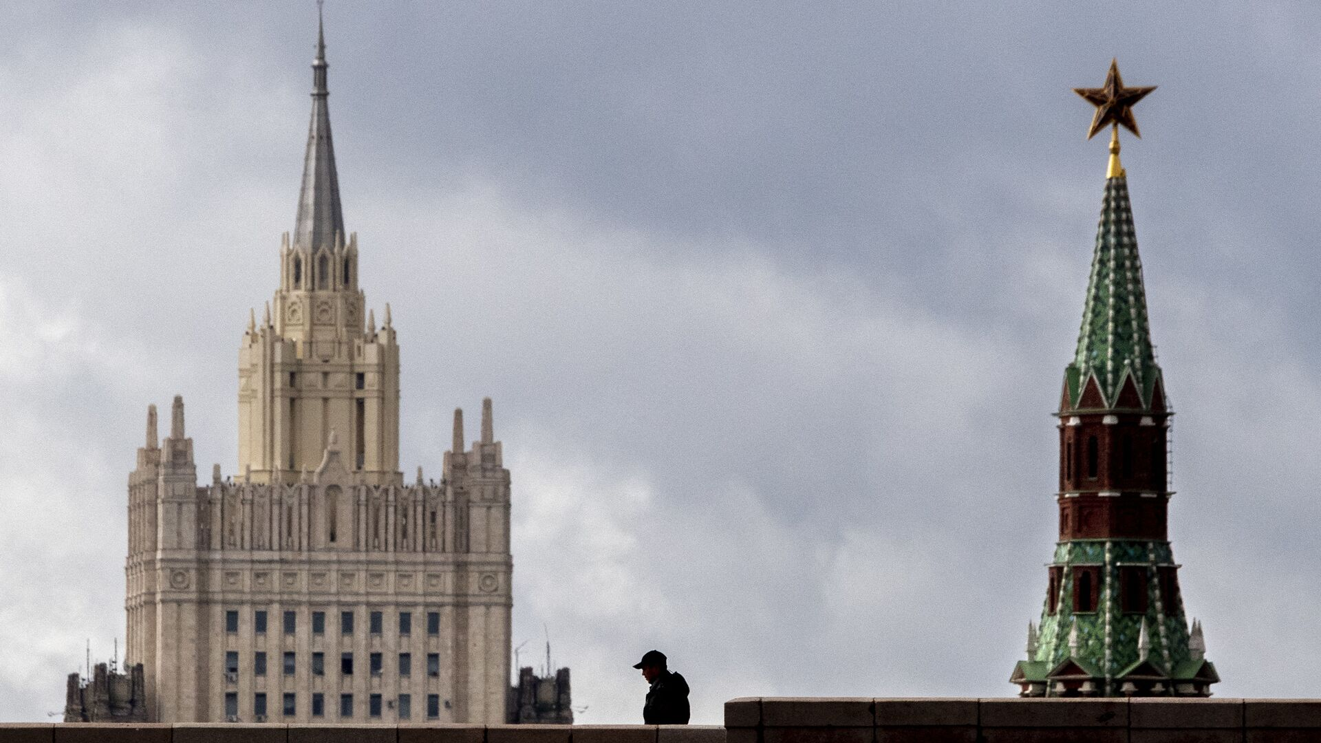 A man walks in front of a tower of the Kremlin and the Russian Foreign Ministry building in central Moscow on September 10, 2020. - Sputnik International, 1920, 23.07.2021