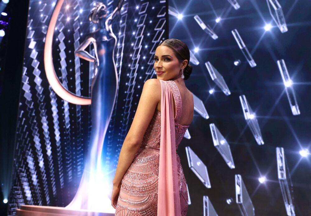 Olivia Culpo poses onstage.