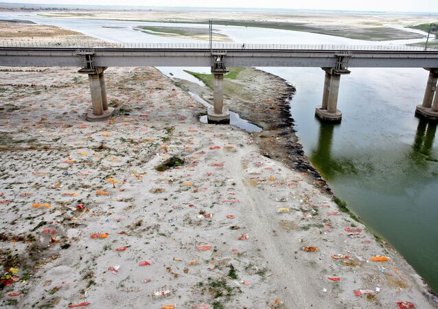 A view shows shallow sand graves for people, some of whom are suspected to have died of the coronavirus disease (COVID-19), on the banks of the Ganges River in Phaphamau on the outskirts of Prayagraj, India, 21 May 2021.