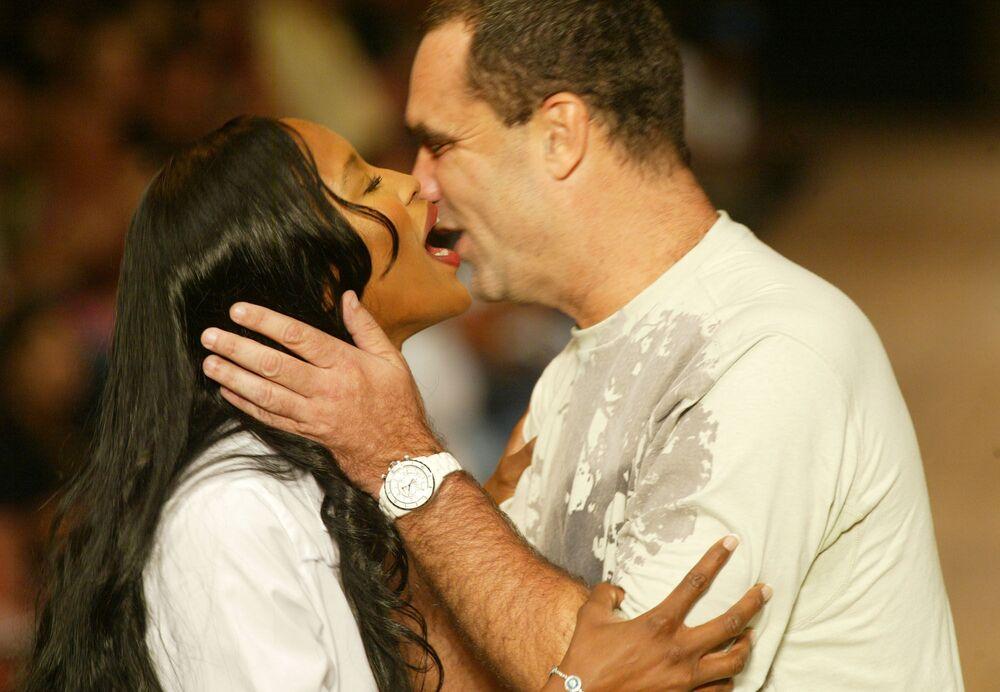 Naomi Campbell kisses designer Tito Bessa after a TNG fall/winter show in Rio de Janeiro, 2005