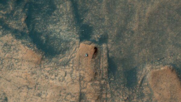 The HiRISE camera aboard NASA's Mars Reconnaissance Orbiter captured this photo of the Curiosity rover ascending Mont Mercou on April 18, 2021 - Sputnik International