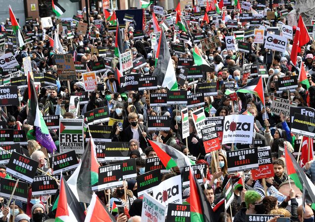 Pro-Palestinian demonstrators attend a protest following a flare-up of Israeli-Palestinian violence, in London, Britain, 22 May 2021.