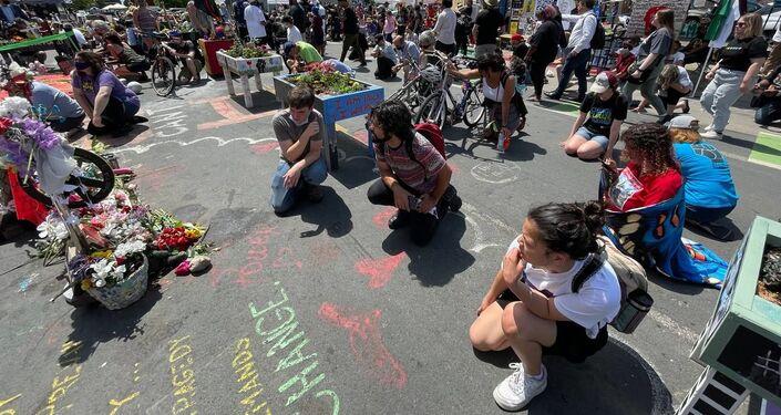 People knealt their knee in memory of George Floyd during commemorating event in Minneapolis