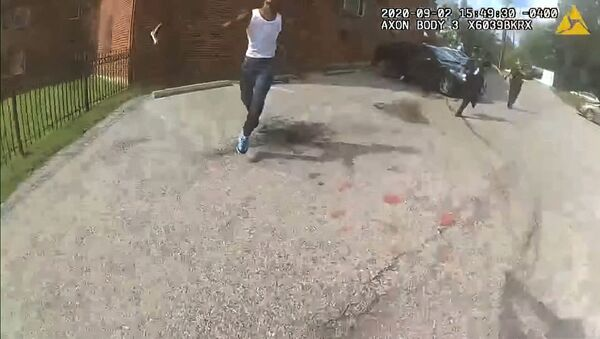This image from video released by the Metropolitan Police Department, shows body cam video during a foot pursuit with Deon Kay, center, in Washington, on Wednesday afternoon, Sept. 2, 2020. - Sputnik International