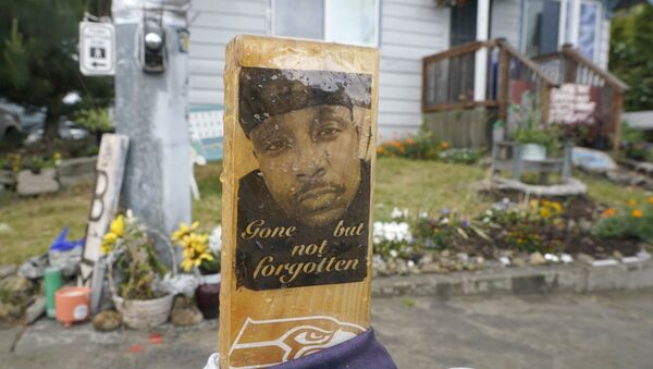 A sign that reads Gone but not forgotten is shown on a cross displayed Thursday, May 27, 2021, at a memorial that has been established at the intersection in Tacoma, Wash., south of Seattle, where Manuel Manny Ellis died on March 3, 2020, after he was restrained by police officers. - Sputnik International