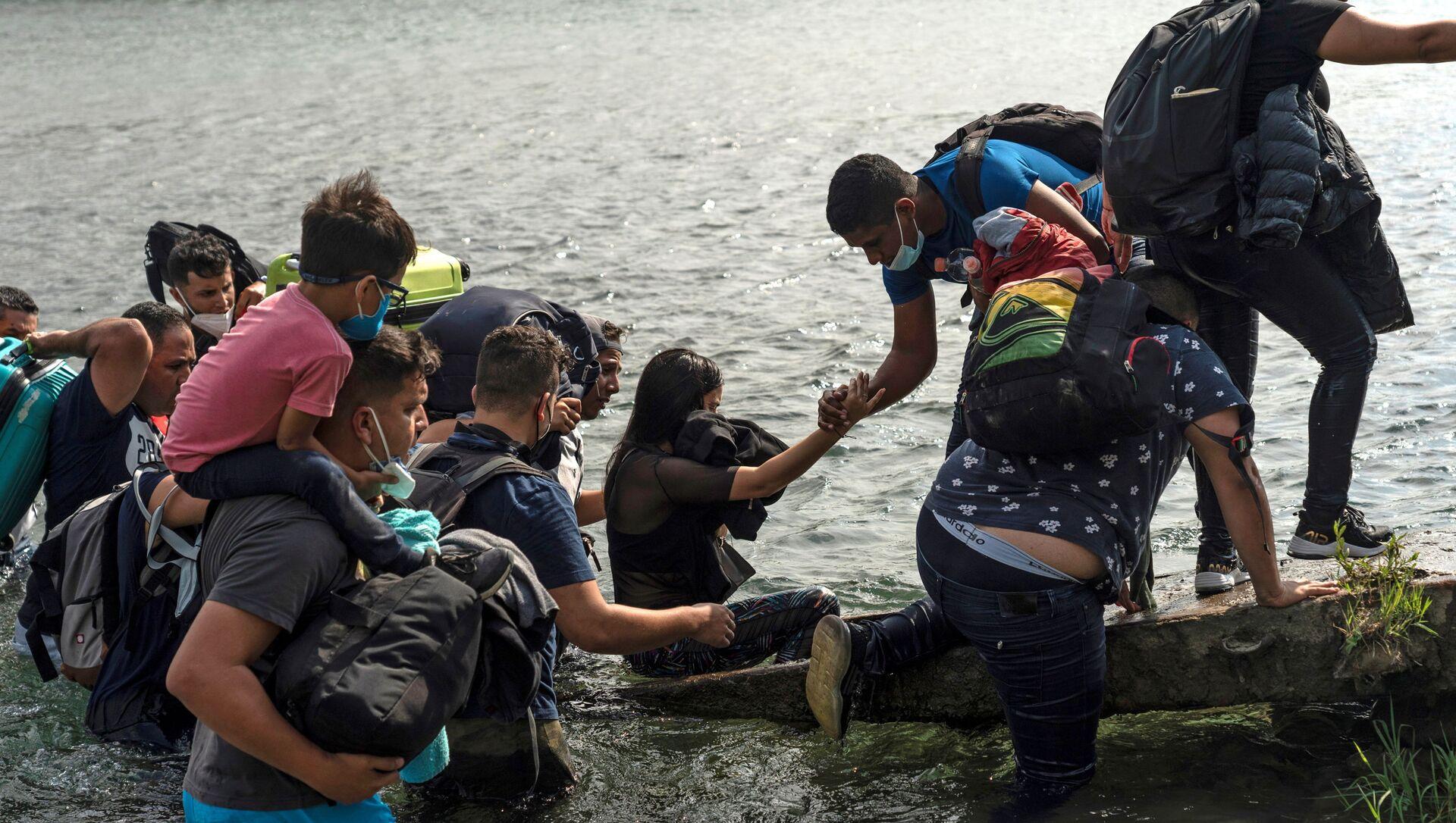 Asylum-seeking migrants cross the Rio Grande river in Del Rio - Sputnik International, 1920, 28.05.2021