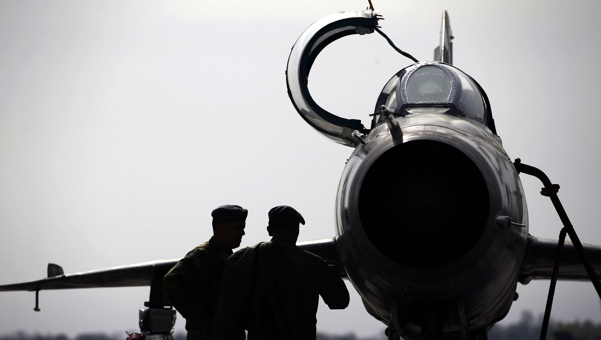In this Wednesday, April 6, 2016 photo, ground crew prepares a Mig 21 fighter jet for a flight at the military airport Batajnica, near Belgrade, Serbia - Sputnik International, 1920, 29.05.2021