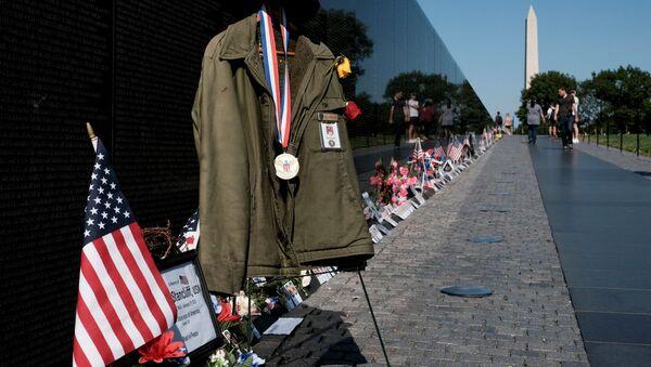 A makeshift memorial is seen in front of the Vietnam Memorial in observance of Memorial Day in Washington, U.S., May 31, 2021.  - Sputnik International