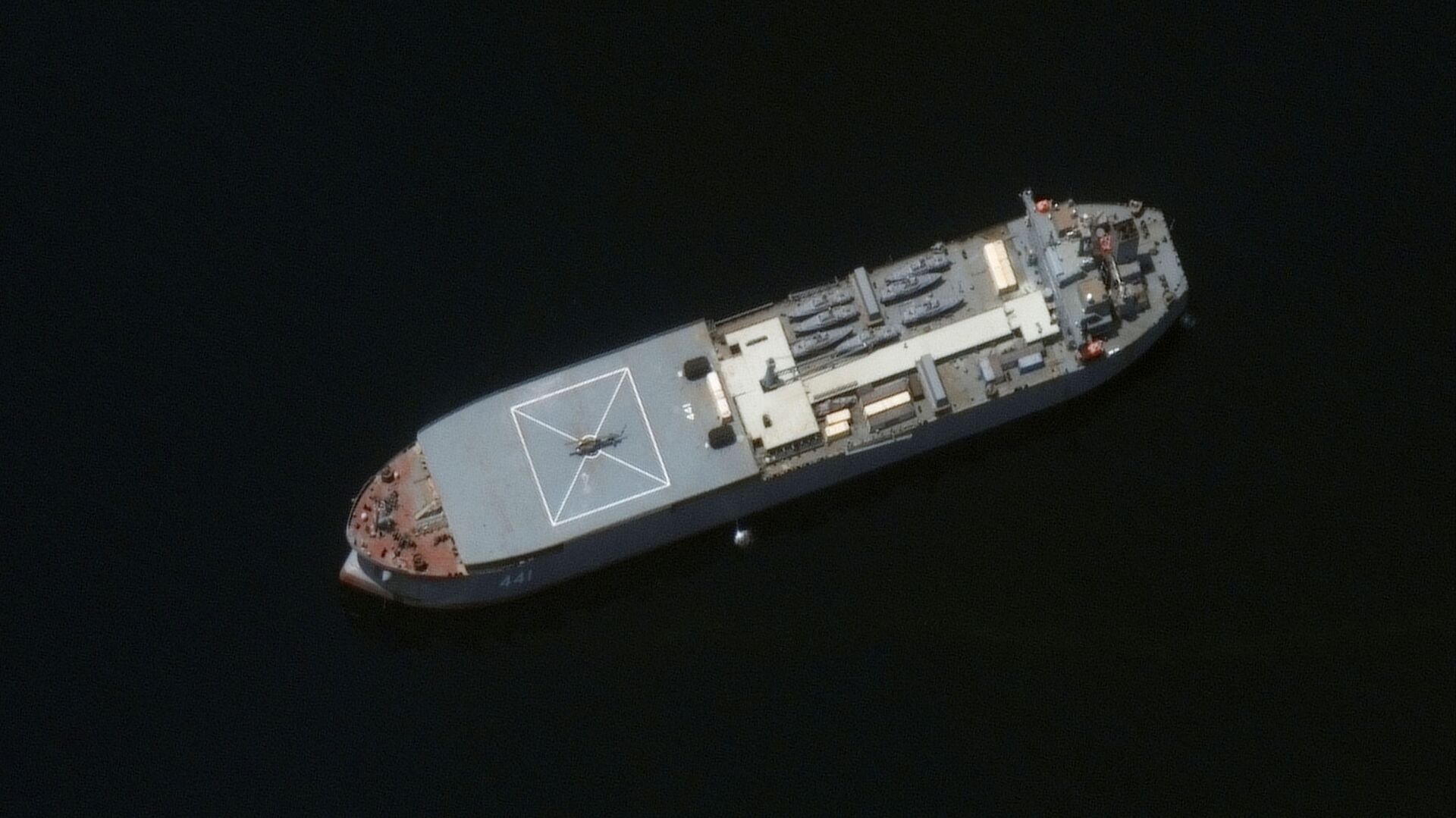 Iranian naval ship, the Makran, is seen near Larak Island, Iran, in this satellite image taken on May 10, 2021 - Sputnik International, 1920, 14.09.2021