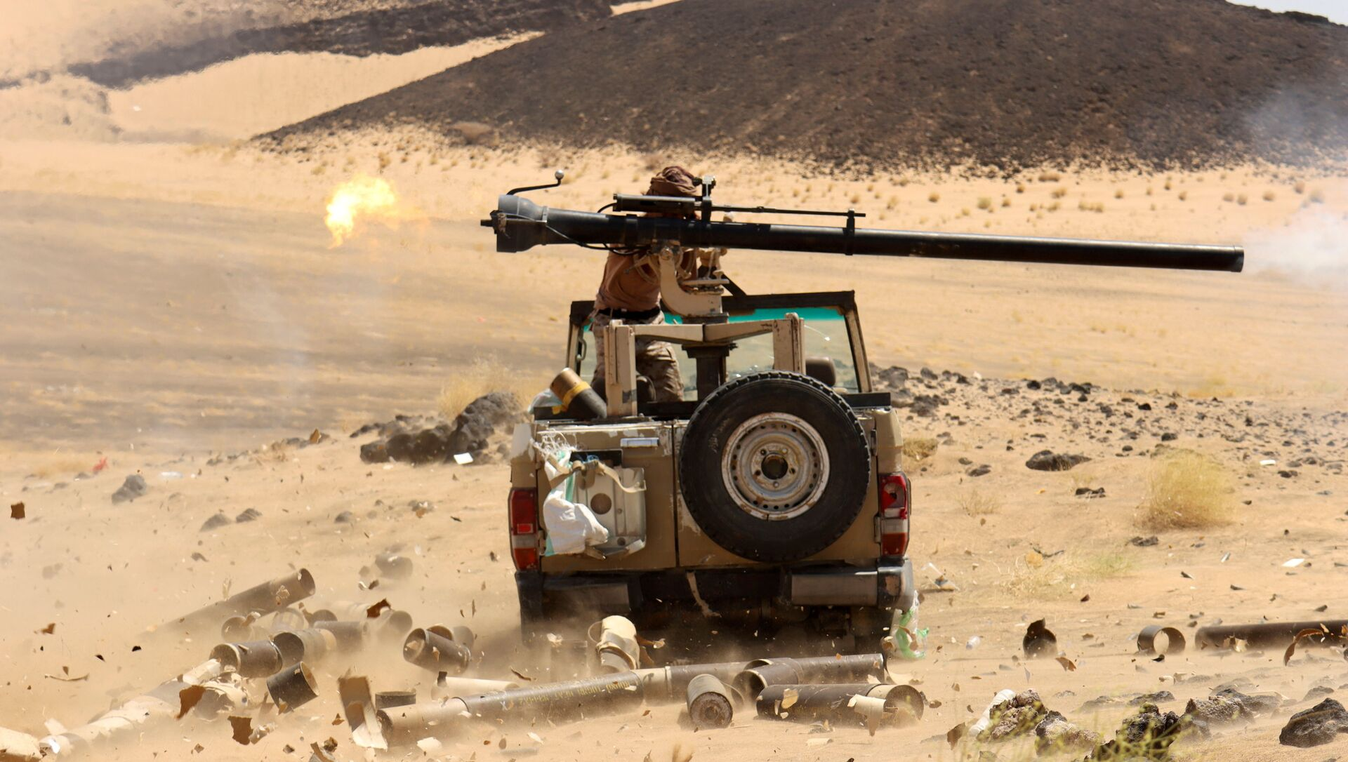 A Yemeni government fighter fires a vehicle-mounted weapon at a frontline position during fighting against Houthi fighters in Marib, Yemen March 9, 2021 - Sputnik International, 1920, 28.07.2021