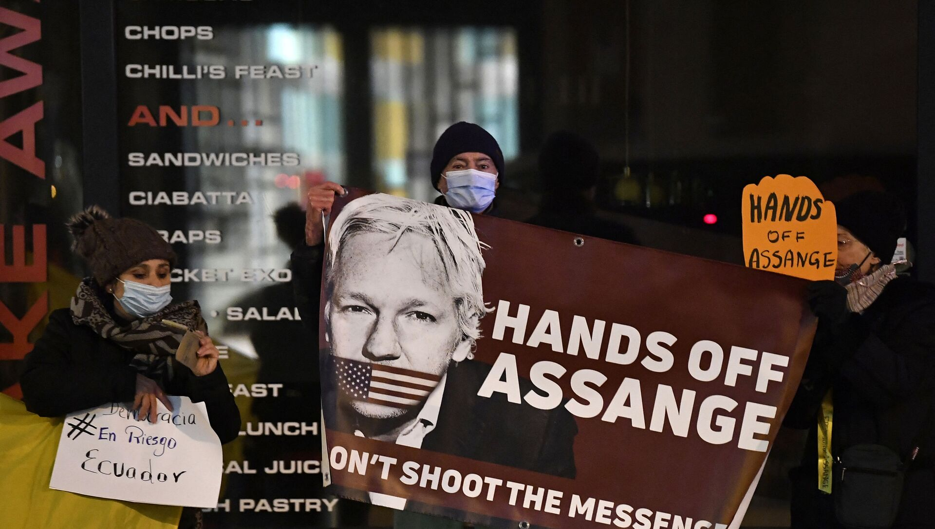 Protesters hold a sign to support WikiLeaks founder Julian Assange in front of the EU British Embassy in Brussels on December 07, 2020 - Sputnik International, 1920, 23.07.2021