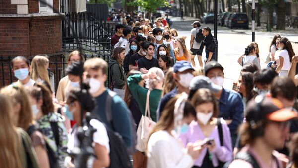 People queue outside a vaccination centre for young people and students at the Hunter Street Health Centre, amid the coronavirus disease (COVID-19) outbreak, in London, Britain, June 5, 2021 - Sputnik International