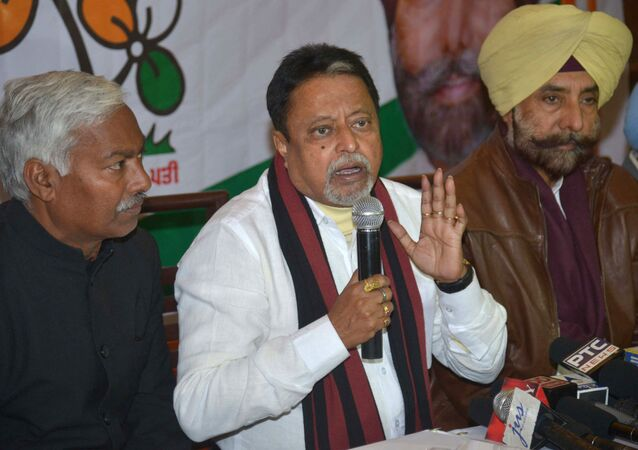 All India Trinamool Congress (AITC) party National Vice-President and former Indian Minister of Railways, Mukul Roy (C) speaks during a press conference in Amritsar on 10 January 2017.