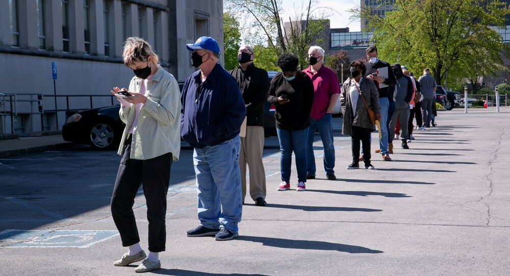 People line up outside a newly reopened career center for in-person appointments in Louisville, U.S., April 15, 2021.  REUTERS/Amira Karaoud/File Photo/File Photo