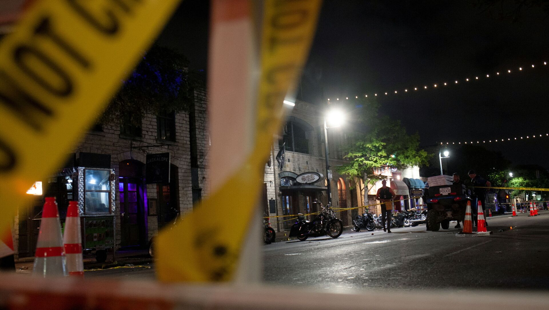 Police investigate the scene of a mass shooting in the Sixth Street entertainment district area of Austin, Texas, U.S. June 12, 2021. - Sputnik International, 1920, 14.06.2021
