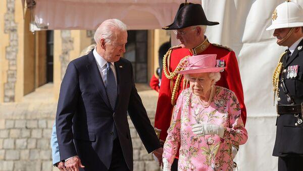 Britain's Queen Elizabeth walks with U.S. President Joe Biden and first lady Jill Biden as they meet at Windsor Castle, in Windsor, Britain, June 13, 2021. - Sputnik International