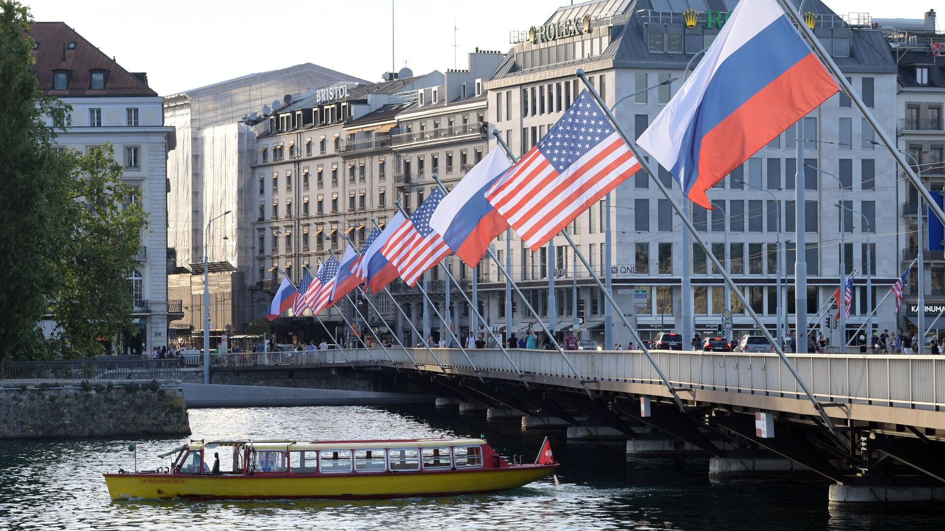 A view shows Mont-Blanc bridge decorated with flags of the USA and Russia ahead of the June 16 summit between U.S. President Joe Biden and Russian President Vladimir Putin, in Geneva, Switzerland - Sputnik International, 1920, 28.07.2021